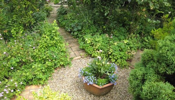 j2-english-cottage-style-garden-design